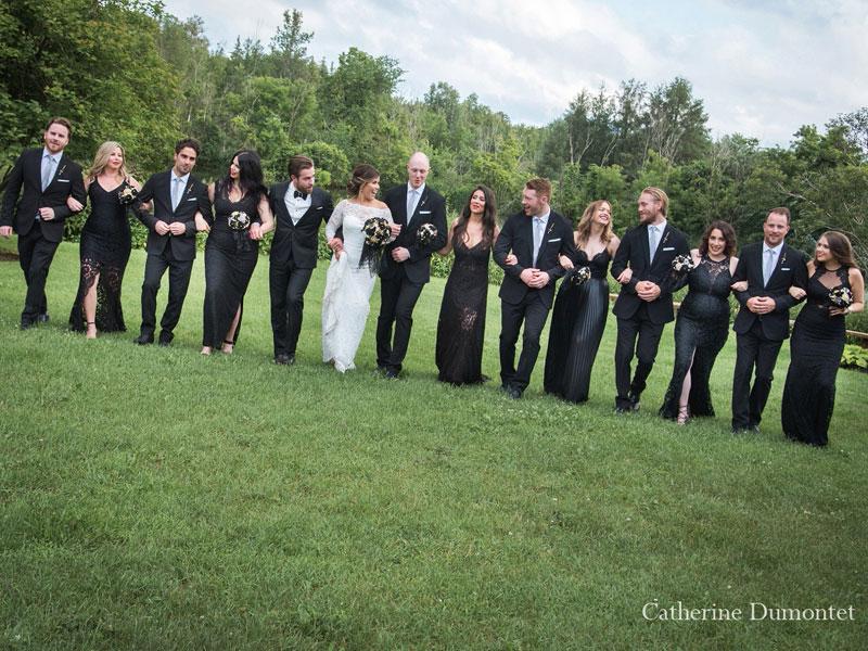 les mariés marchent avec le cortège