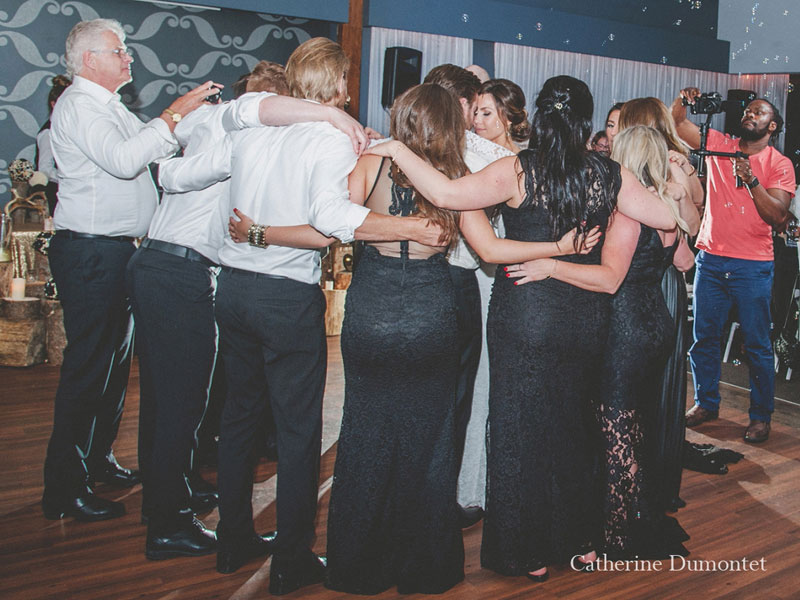 Danse des mariés entouré de leur cortège