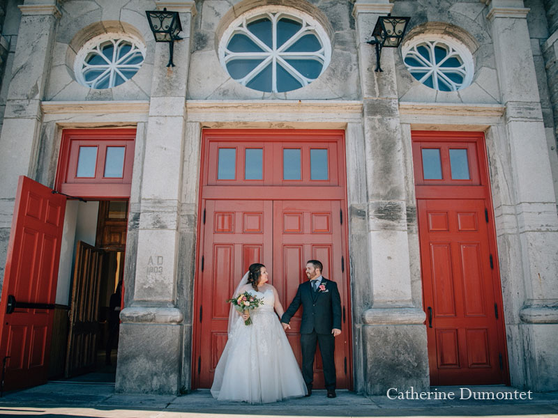 Les mariés devant l'Église St-Sauveur
