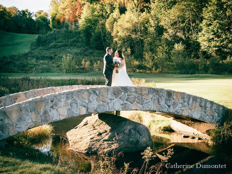 Les mariés sur le pont du golf Mont-Gabriel