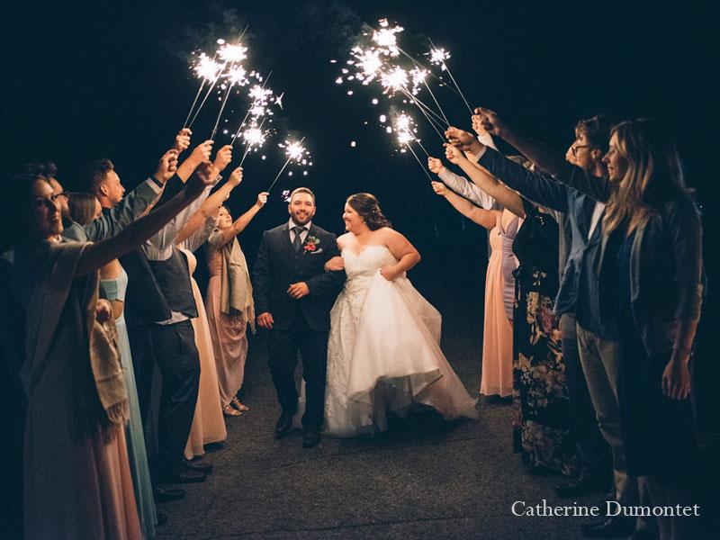 les mariés et des feux de bengale