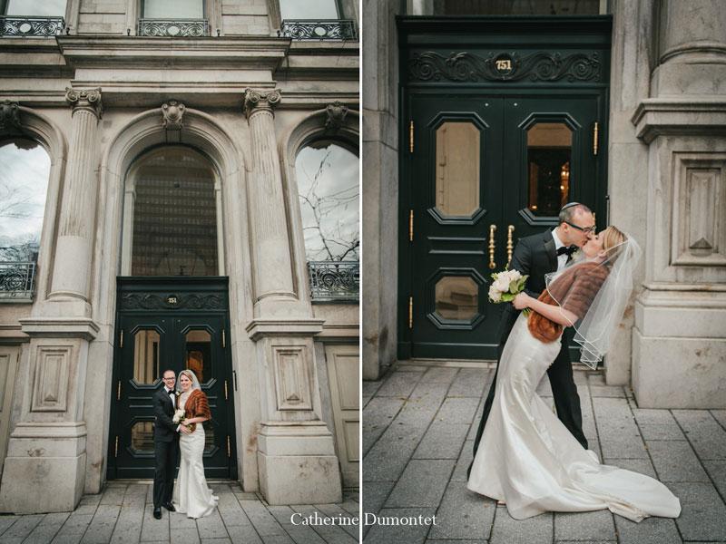 les mariés devant le Centre de Commerce Mondial
