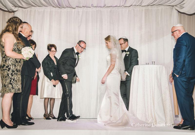 le marié casse un verre sous la houpa