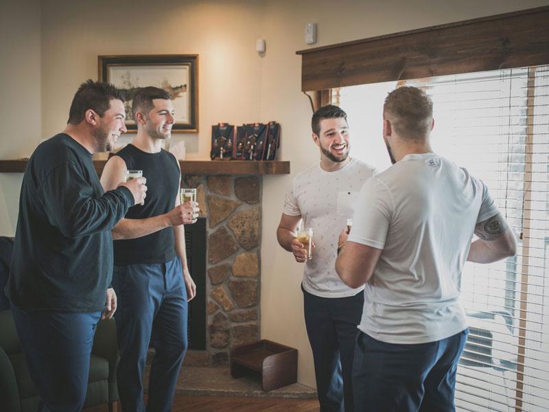 les gars prennent une bière