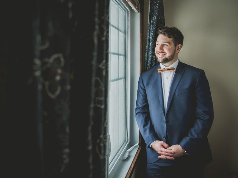 Portrait du marié à l'hôtel Mont-Gabriel