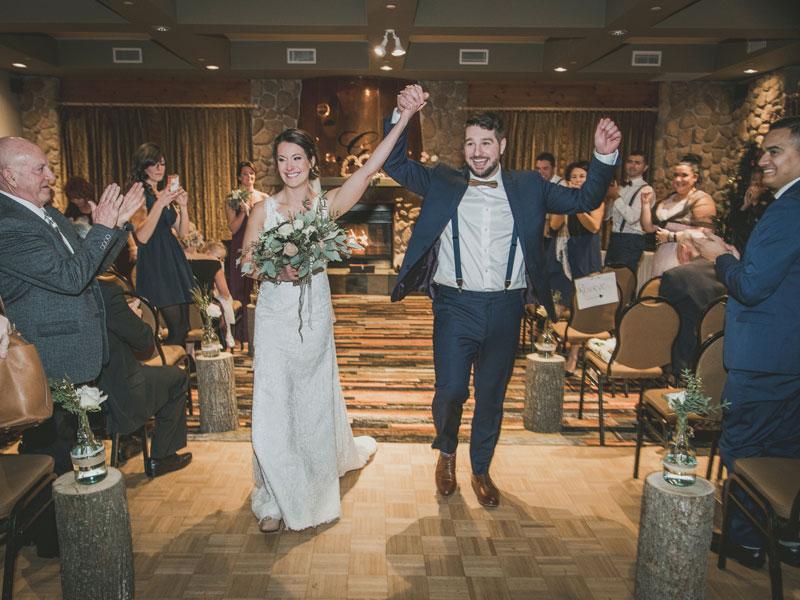 Les mariés marchent dans l'allée vers la sortie