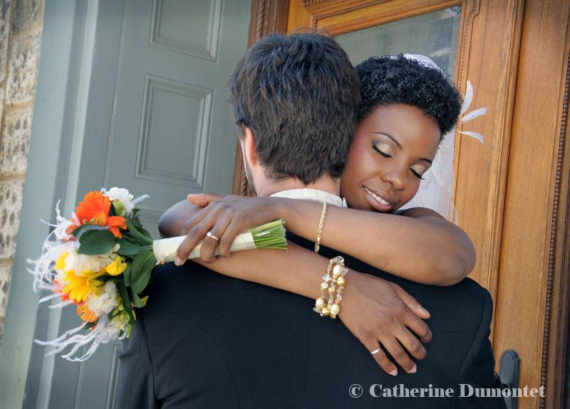 Les mariés enlacés dans le Vieux-Montréal