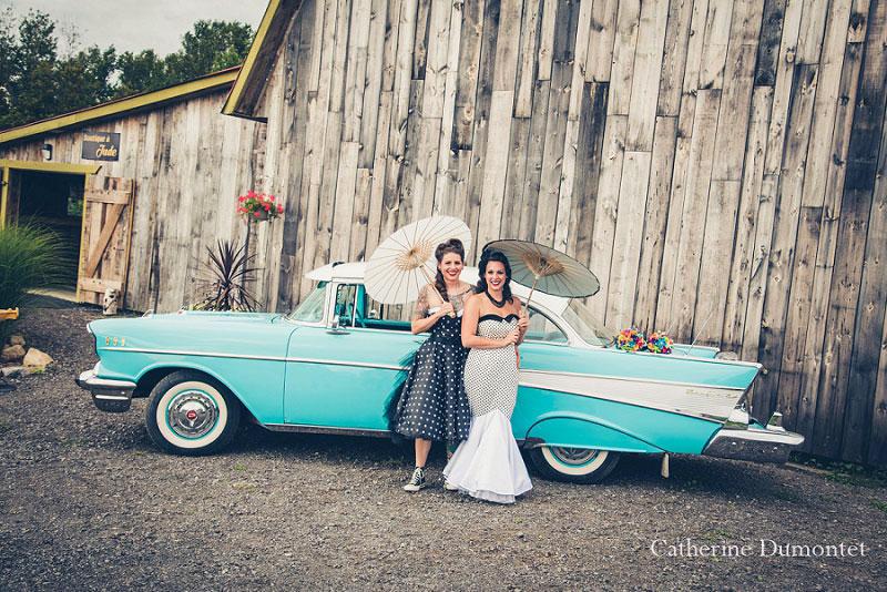 mariage lesbien devant une grange