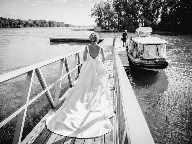 La mariée s'en va prendre le bateau