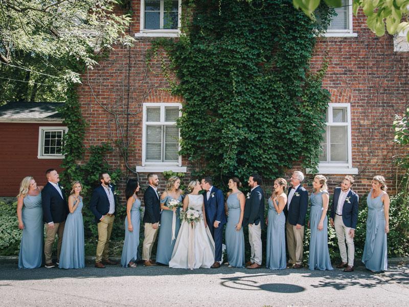 les mariés et le cortège en Montérégie