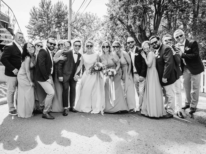 les mariés et le cortège