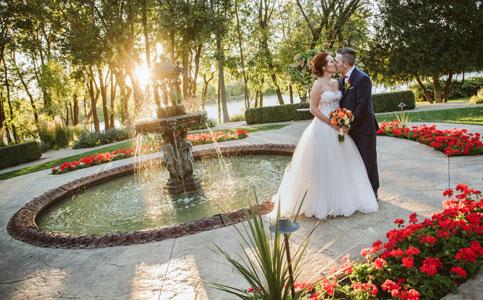 Mariés s'embrassant au Manoir Rouville-Campbell