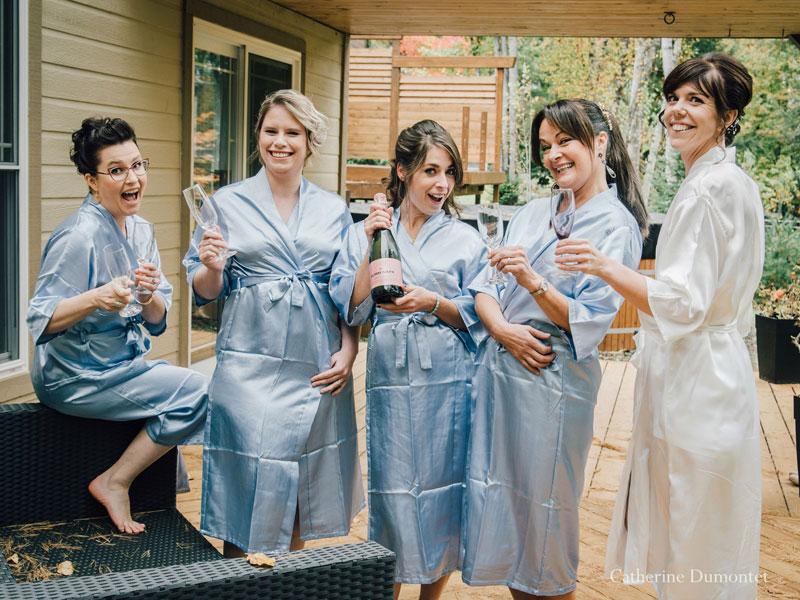 la mariée trinque avec demoiselles d'honneur