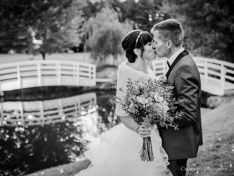 mariés s'embrassant à La Distinction