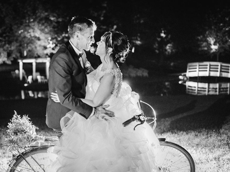 les mariés sur une bicyclette à La Distinction