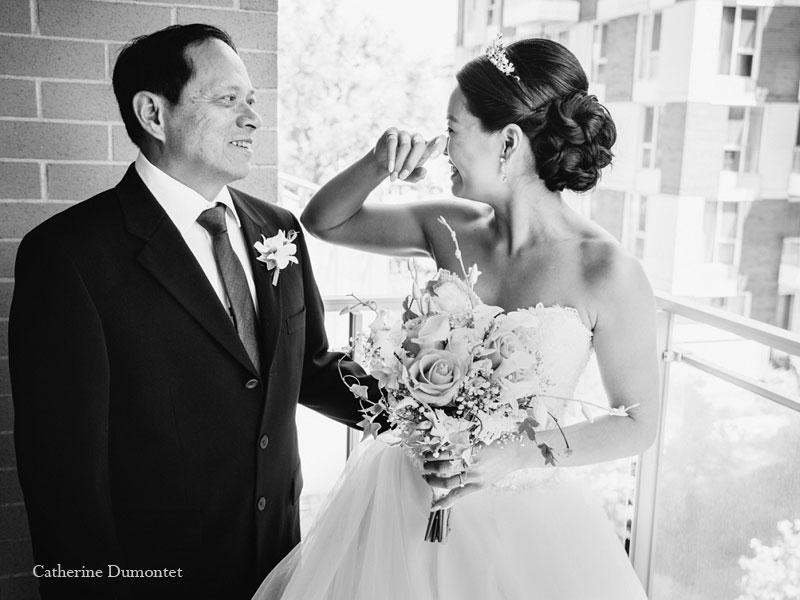 la mariée est émue avec son papa
