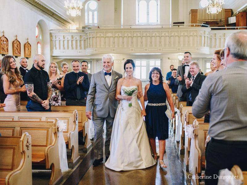 L'arrivée de la mariée à l'église Sainte-Jeanne de Chantal