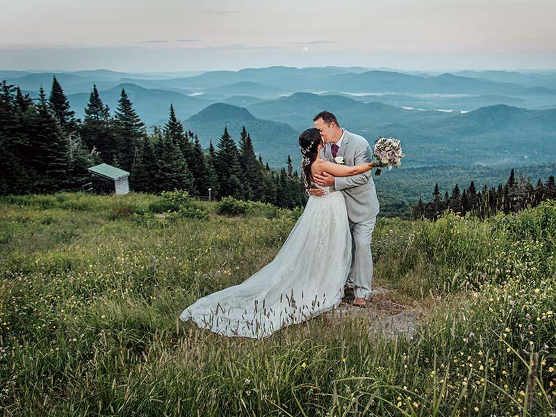 des mariés s'embrassent en haut du Mont-Tremblant