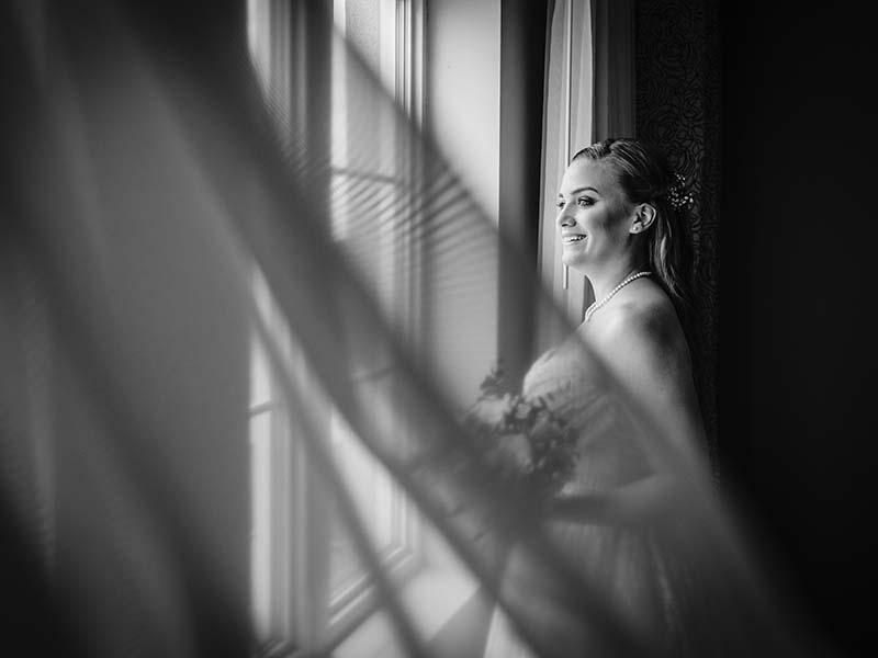 Portrait de la mariée devant une fenêtre
