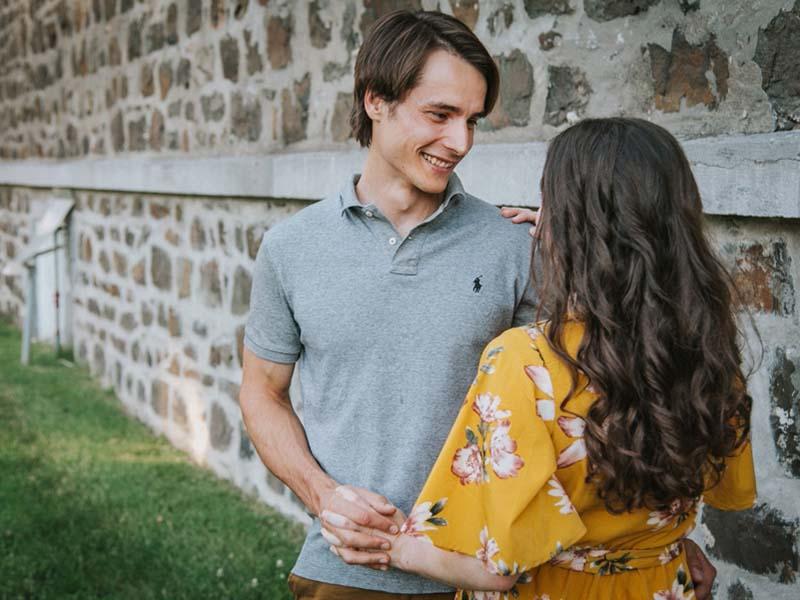 Couple de fiancés devant l'église Vieux La Prairie