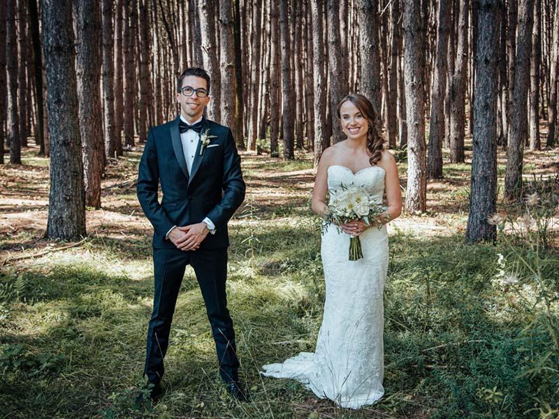 les mariés devant la forêt du Grand Lodge Mont-Tremblant