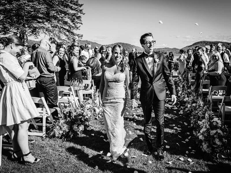 les mariés marchant dans l'allée du Grand Lodge Mont-Tremblant