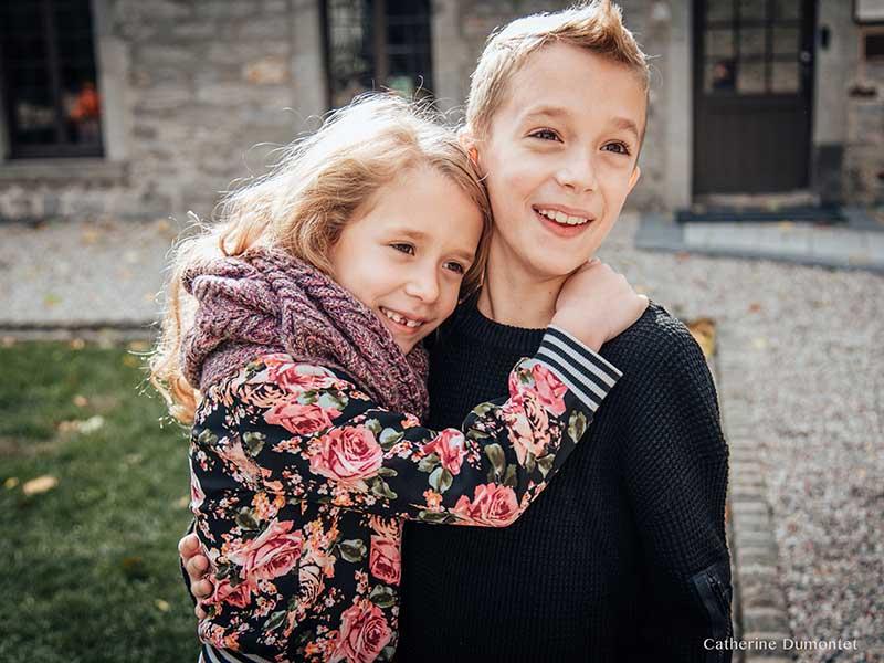 frère et soeur enlacés
