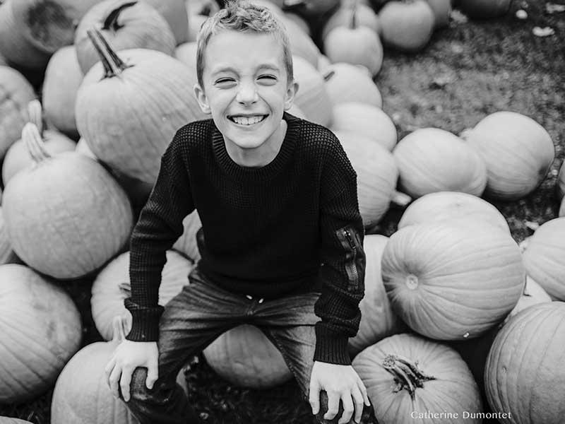 portrait d'un garçon avec des citrouilles