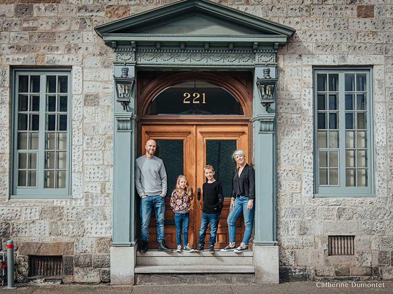 photo de famille dans le Vieux-Montreal