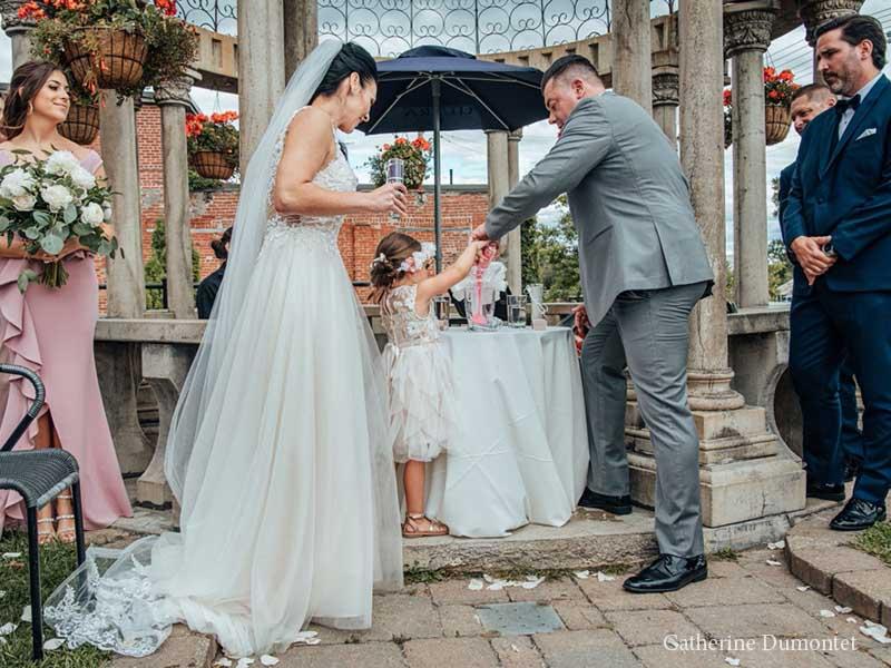 Les mariés et la bouquetière à l'Ambroisie et l'Espace Canal
