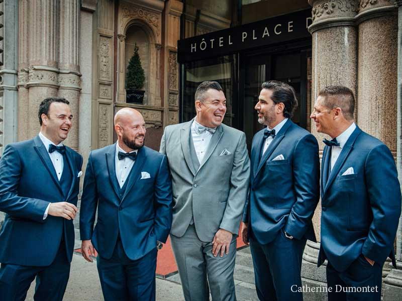 Le marié et garçons d'honneur devant l'Hôtel Place D'Armes