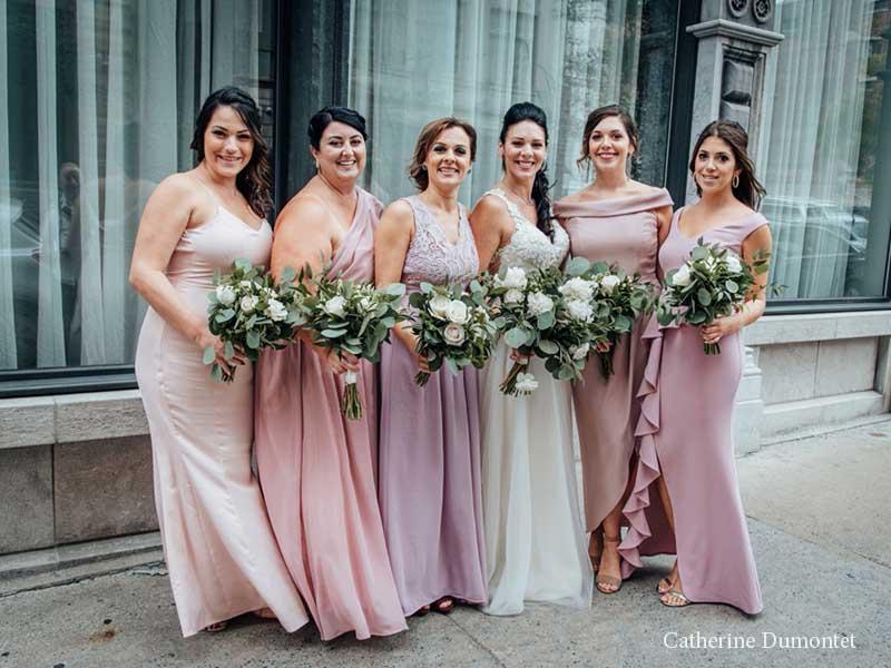 la mariée et ses demoiselles devant l'Hôtel Place D'Armes