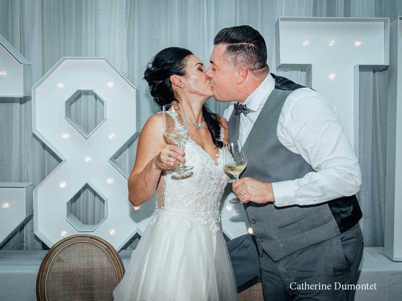 premier baiser des mariés à l'Hôtel Place D'Armes