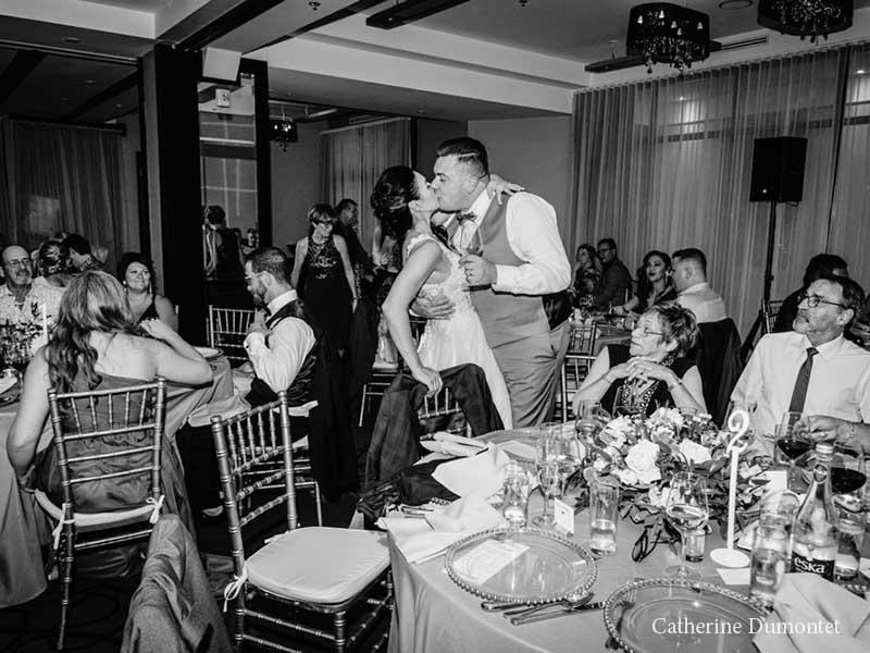 les mariés s'embrassent à l'Hôtel Place D'Armes
