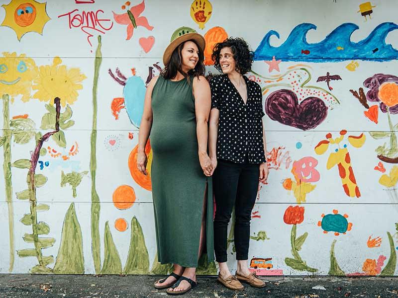 séance maternité devant graffiti