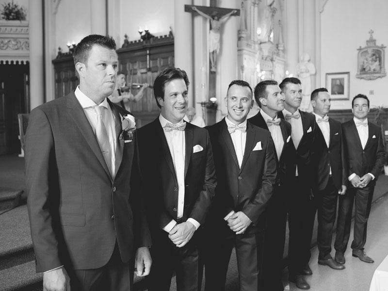le marié et ses garçons d'honneur attendent à l'église