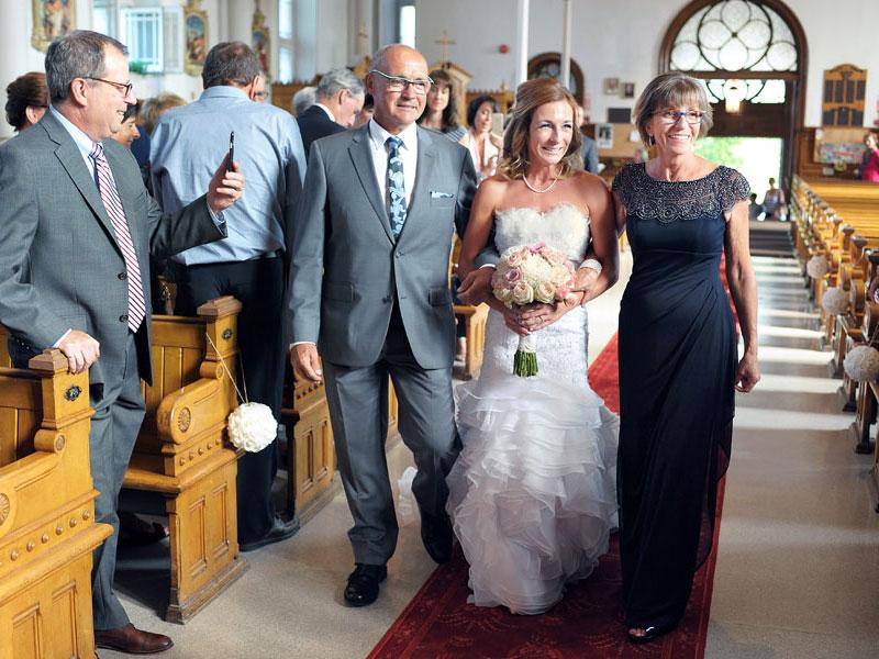 arrivée de la mariée avec ses parents dans l'allée de l'église