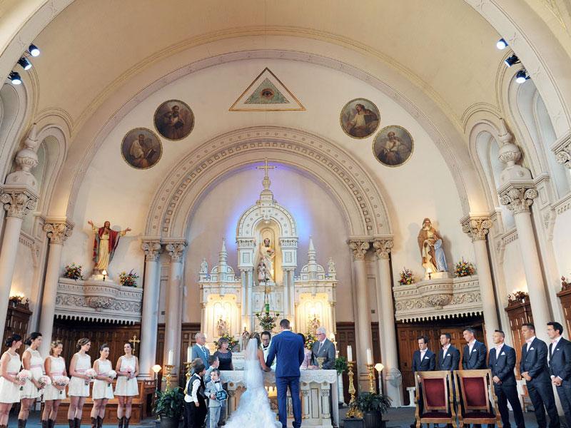 les mariés et le cortège à l'église