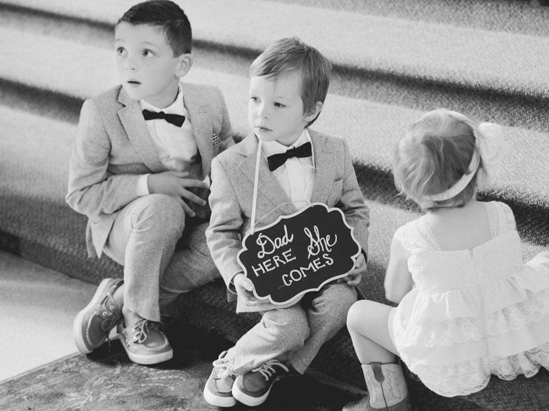 les enfants des mariés assis dans les marches
