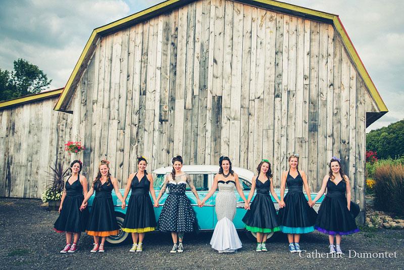 les mariées avec le cortège composé de filles