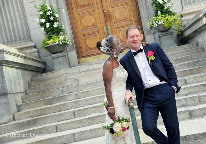 les mariés dans les escaliers