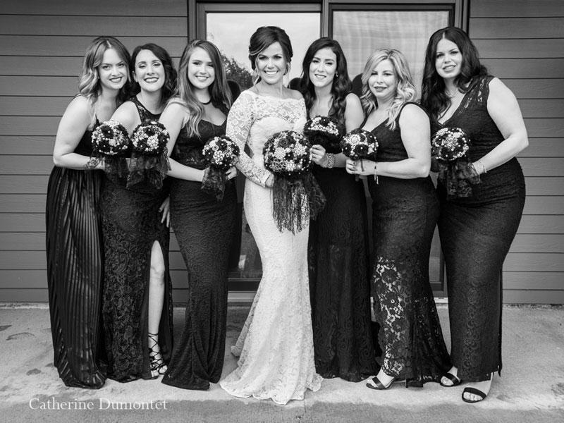 la mariée entourée des demoiselles d'honneur