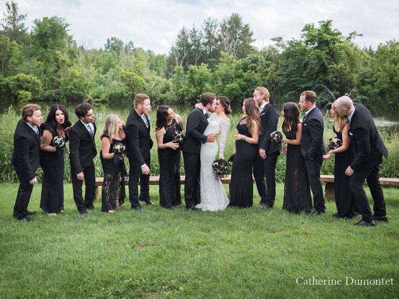 les mariés avec le cortège à l'Auberge des Gallant