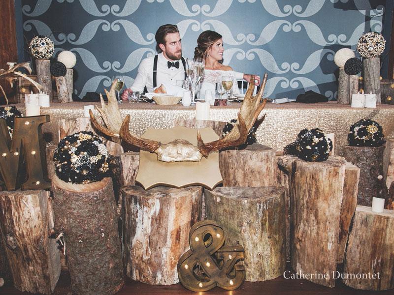 les mariés à la table d'honneur