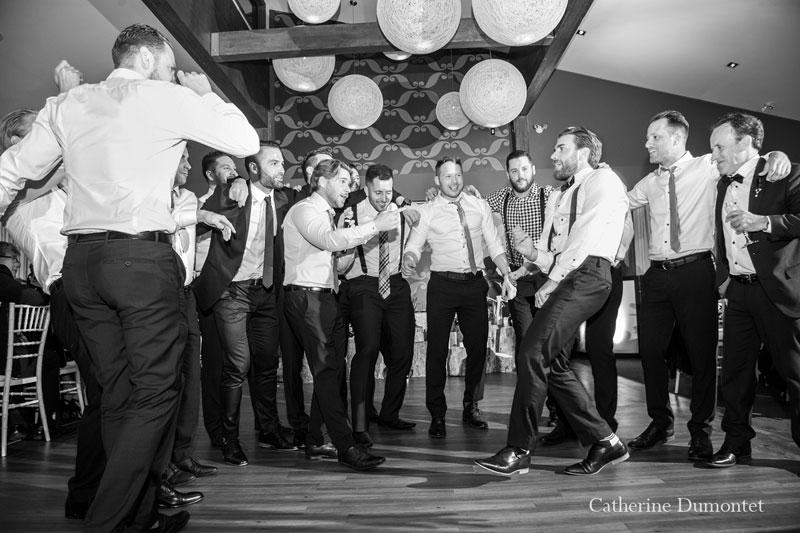 Le marié dansent avec ses amis