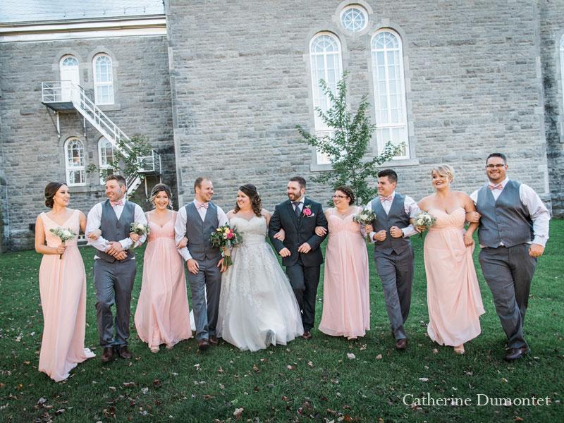 Les mariés et leur cortège à l'Église St-Sauveur