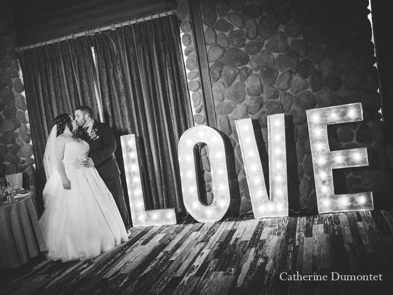 les mariés devant le Love