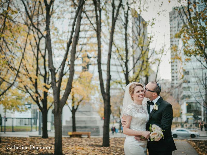 les mariés au Square Victoria à Montréal