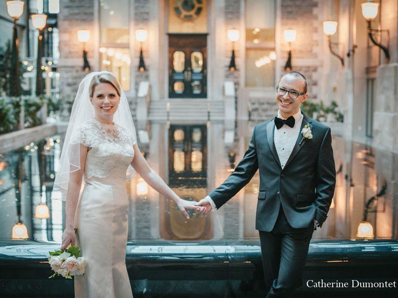 mari et femme se tiennent par la main