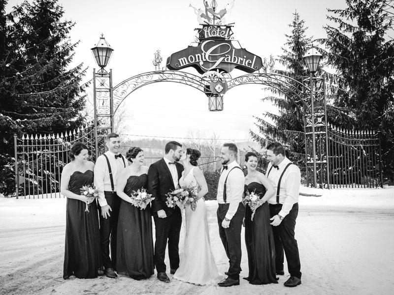 mariés et cortège à l'entrée du Mont-Gabriel